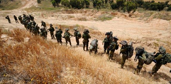 קצינים   חיילי צבא קבע חיילים צהל לוחמים צה''ל רובים / צלם: רויטרס